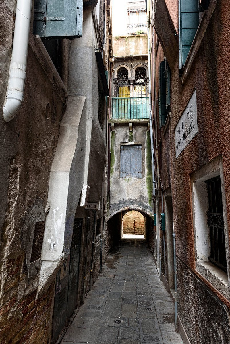 alley in venice italy