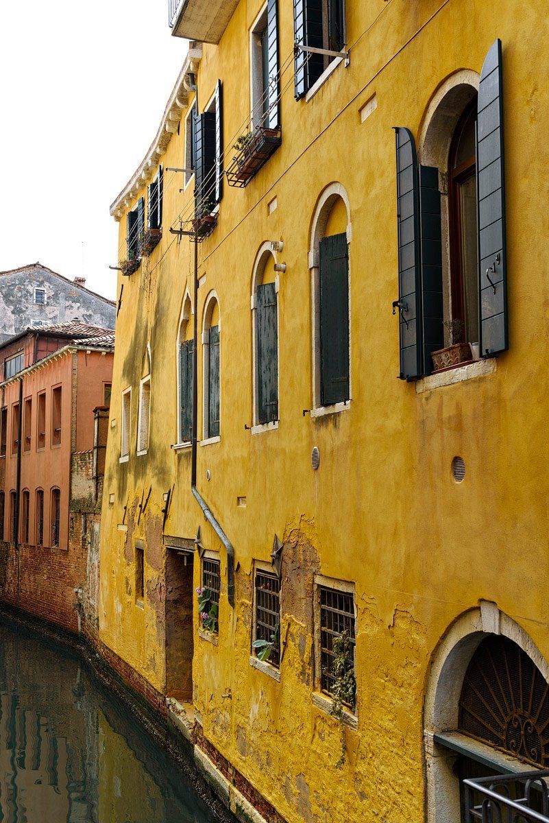 yellow house in venice italy travel photographer